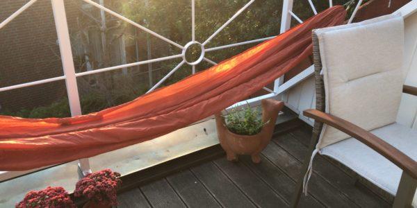Hängematte auf dem heimischen Balkon